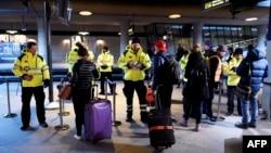 Сотрудники безопасности проверяют пассажиров на вокзале Каструп за пределами Копенгагена, 4 января 2015 года.
