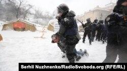 Фоторепортаж: Зіткнення з поліцією в наметовому містечку під Радою
