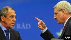 Швецияның сыртқы істер министрі Карл Бильдт (оң жақта) ресейлік әріптесі Сергей Лавровпен сөйлесіп тұр. Брюссель, 19 қазан 2009 жыл.