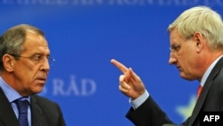 Russian Foreign Minister Sergei Lavrov and Swedish Foreign Minister Carl Bildt, representing the EU, at the Brussels talks