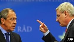 Министр иностранных дел Швеции Карл Бильдт (справа) говорит с министром иностранных дел России Сергеем Лавровым. Брюссель, 19 октября 2009 года.