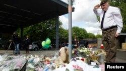 Люди несуть квіти до місця, де сталася трагедія, 23 травня 2013