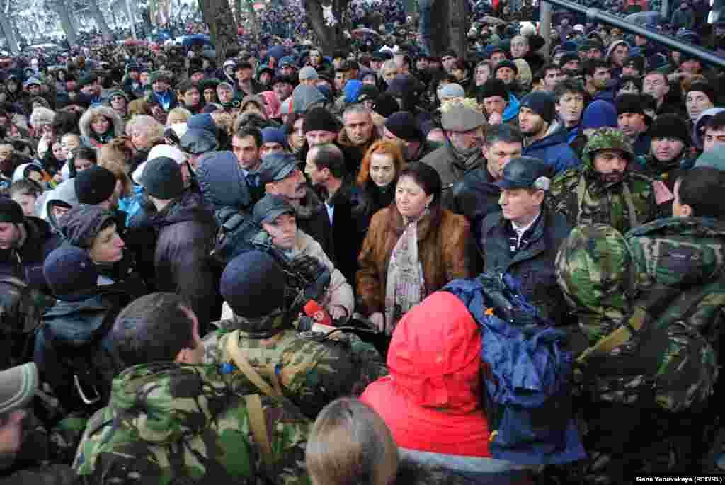 Рядом с комплексом правительственных зданий самопровозглашенной республики стоят сторонники Аллы Джиоевой, требующие от нынешнего руководства передать ей власть
