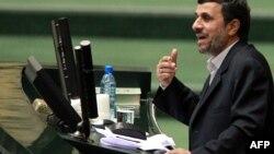 Иран президенті Махмұт Ахмадинежад парламентте бюджетті таныстырып тұр. Тегеран. 1 ақпан, 2012 жыл. (Көрнекі сурет)