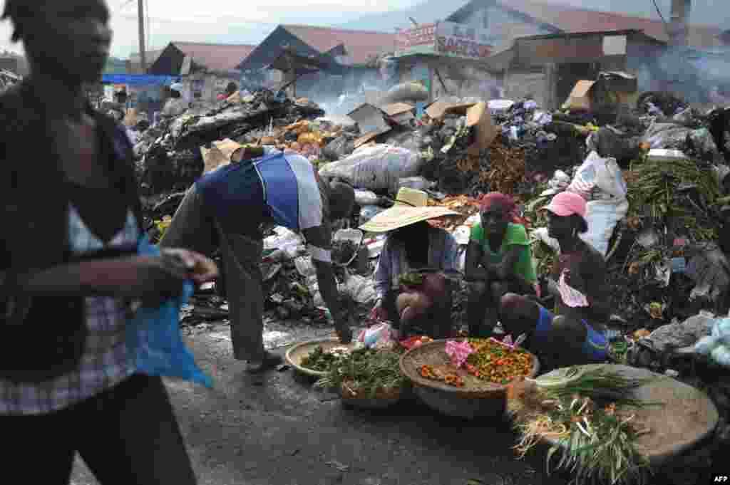 Такі на вигляд ринки Гаїті, де економіка в занепаді вже багато років. Вважається, що ці ринки – найбрудніші в світі. Всюди купи сміття, поруч з ними продають і м'ясо, і овочі, і одяг.  На фото – ринок у місті Порт-о-Пренс, столиці Гаїті