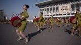 Одна минута из жизни Северной Кореи по версии государственного телеканала