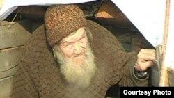 Василий Бекетов выглядывает из своей старой землянки. Семей, ноябрь 2008 года. Фото предоставлено студией «Альфа-Марино».