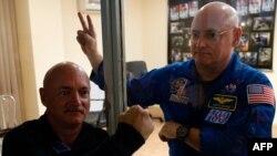Астронавтът Марк Кели (дясно) е кандидат за сенатор в Аризона
