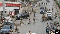په کراچۍ کې امنیتي سرتېري د پلټنیزو عملیاتو لپاره راغلي دي. د اګست ۱۳ مه (۲۰۱۱ز کال)