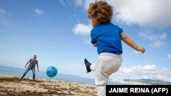 Децата в Испания нямаха право да напускат домовете си цели 6 седмици. От неделя те могат да излизат навън за по един час през деня