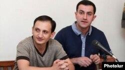 Тигран Аракелян (слева) в зале суда (архивная фотография)