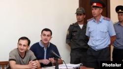 Հայաստան -- Ընդդիմադիր Հայ ազգային կոնգրեսի ակտիվիստ Տիգրան Առաքելյանը (ձախից) իր գործով դատական նիստի ժամանակ, Երևան, 9-ը օգոստոսի, 2013թ.