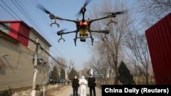 Распыление дезинфицирующих средств при помощи дрона в населенном пункте в китайской провинции Хэбэй. 31 января 2020 года.