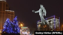 Донецк. Памятник шахтеру, дающему уголь