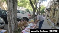 Köhnə kitab satıcısı, 70 yaşlı Yaqub Hüseynovla keçmiş Bakı Univermağının yaxınlığında rastlaşdıq