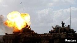 Ливийский танк горит после удара с воздуха