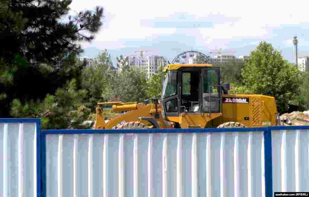 """Altyn asyr"" seýilgähi paýtagtda Türkmenbaşynyň ertekiler dünýäsi açylanda, ýagny 2006-njy ýylda gurlupdy."