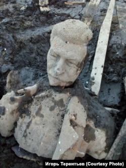 Fragmente din monumentul lui Stalin recuperate din lacul de la Kusa, Rusia, în regiunea Celiabinsk