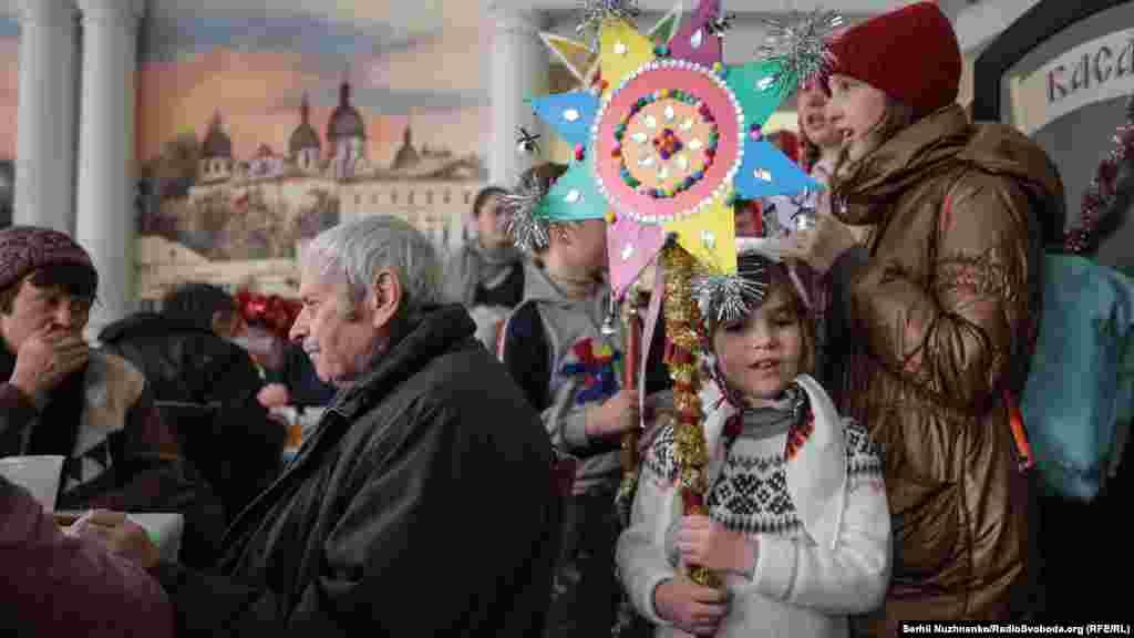 До присутніх завітав Різдвяний вертеп, діти не лише співали колядки, декламували вірші але й виступили з «Різдвяною історією»