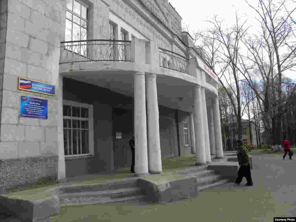 В Омутнинске на избирательный участок №844, который находится во Дворце культуры, попадают не сразу. Большинство привыкли, что зал голосования в левой части здания на третьем этаже, а сегодня комиссия расположилась в главном холле ДК на первом этаже. Люди ходят вокруг и жалуются, что заблудились.