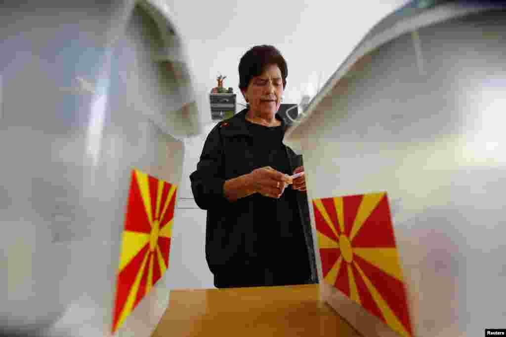 Жінка голосує під час місцевих виборів у Македонії