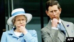 Принц Чарльз и королева Елизавета на праздновании 40-летия ее правлении в 1993 году