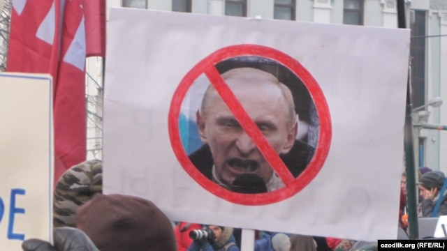 An opposition demonstration on Pushkin Square in Moscow -- bloggers have accused a state TV report of spreading lies and false information.