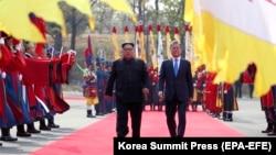 Президент Південної Кореї Мун Чже Ін (п) і північнокорейський лідер Кім Чен Ин під час зустрічі 27 квітня 2018 року