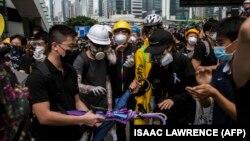 صبح روز دوشنبه است و همچنان صدها تن از معترضان در خیابانها حضور دارند