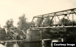 Мост праз раку Мухавец у Брэсцкай крэпасьці, падарваны разам зь нямецкім танкам, які на яго ўехаў. Верасень 1939 г.