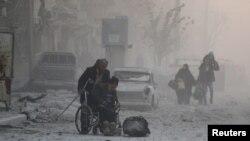 Жители восточной части сирийского города Алеппо на пути в районы, остающиеся под контролем сил повстанцев. 9 декабря 2016 года.