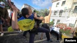 Архівне фото: «напад» яйцями й фарбою на посольство Росії в Києві, 14 червня 2014 року