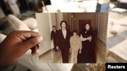 Гадафи, неговата сопруга Сафија и синот Сеиф ал Ислам.