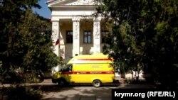 Машина неотложной медицинской помощи у здания Раздольненского районного суда, 27 июля 2017 года