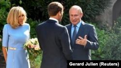 Prezident Emmanuel Macron və xanımı Vladimir Putini Fransanın cənubundakı Breqanson qalasında qarşılayırlar