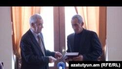 Գրողների միության նախագահ Լեւոն Անանյանը (ձ) Համլետ Մաթեւոսյանին է հանձնում մրցանակակրի դիպլումը: