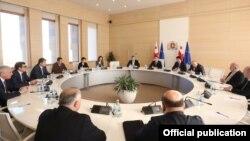 Впервые за два года правления «Грузинской мечты» правительство страны собралось на заседание в сокращенном составе – пустовали кресла экс-главы министерства иностранных дел и министра по вопросам евроинтеграции