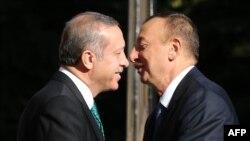 Түркия президенті Режеп Тайып Ердоған мен Әзербайжан президенті Ильхам Әлиев. (Көрнекі сурет)