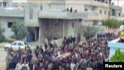 محتجون يشيعون أحد ضحايا المواجهات مع قوات الأمن السورية في درعا