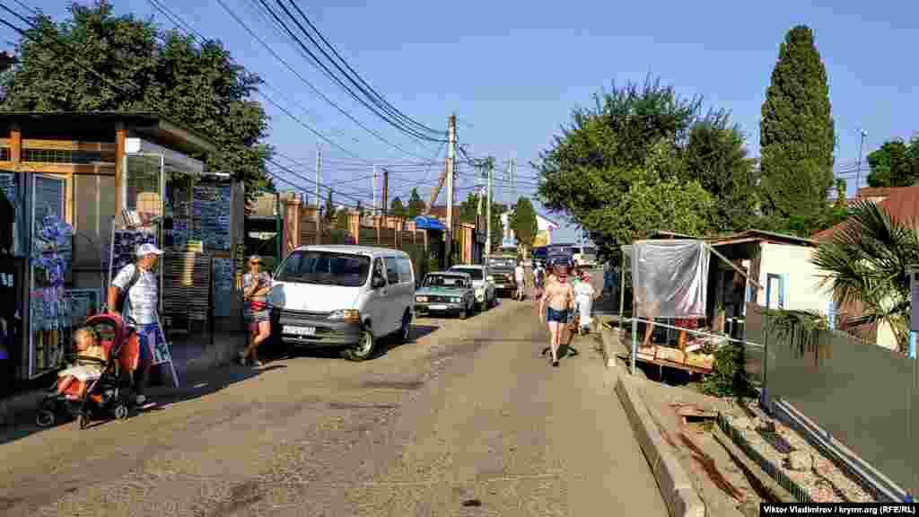 Улица Вишневая – одна из центральных в Солнечногорском. Всего их здесь 15. В селе проживают около тысячи человек
