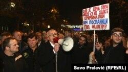 Andrija Mandić (u sredini) obraća se okupljenima na protestu DF-a, 3. decembar