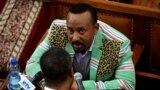 آبی احمد از قوم اورومو است با پدری مسلمان و مادری مسیحی و مسلط به چند زبان از زبانهای پرشمار رایج در اتیوپی؛ کشوری که با ۱۱۰ میلیون جمعیت، و ۸۰ هزار گروه قومی، ۴۸ زبان بومی دارد