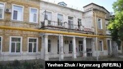 Общая длина здания около 100 метров