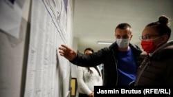 Rad sa jednim sazivom biračkog odbora cijeli dan je donio velike probleme, zato što ljudi odustaju, jer nisu sposobni da rade 24 sata u tom procesu, kaže Aleksandra Hasečić (na fotografiji detalj sa glasanja u Sarajevu)