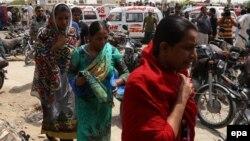 Родичі жертв нападу прибувають до лікарні в Карачі, 13 травня 2015 року