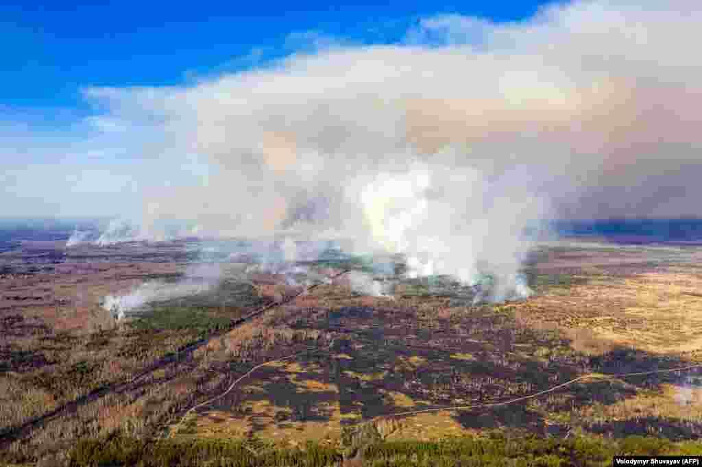 Цей знімок, зроблений із повітря 12 квітня 2020 року. Горить ліс у Чорнобильській зоні