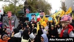 Mii de oameni au protestat în fața fostei ambasade americane la Teheran, pe 4 noiembrie