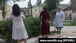 Учителя школы-интерната №62 в городе Самарканде занимаются уборкой территории учебного заведения.
