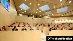 Не исключено, что документ в руки президента Георгия Маргвелашвили попадет не так скоро, как он того требует. Грузинские депутаты приступили к работе над проектом резолюции со свойственными им особенностями