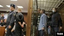 Члены банды скинхедов выслушивают приговор. Москва